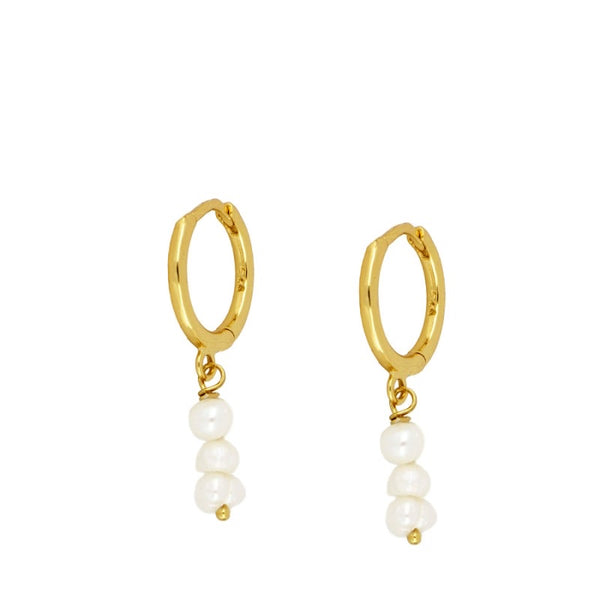 aros pequeños de piercing con perlitas pequeñas colgantes confeccionados en plata de ley con baño de oro 18 kilates. gold plated silver natural pearl hoop earrings for piercing