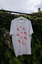 Load image into Gallery viewer, Kuchen Shirt gegen Rassismus / Print Coral