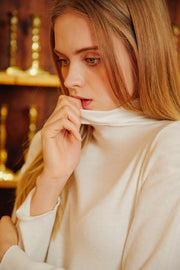 [LETTER FROM MOON] Shoulder Shirring Turtle Neck in Cream
