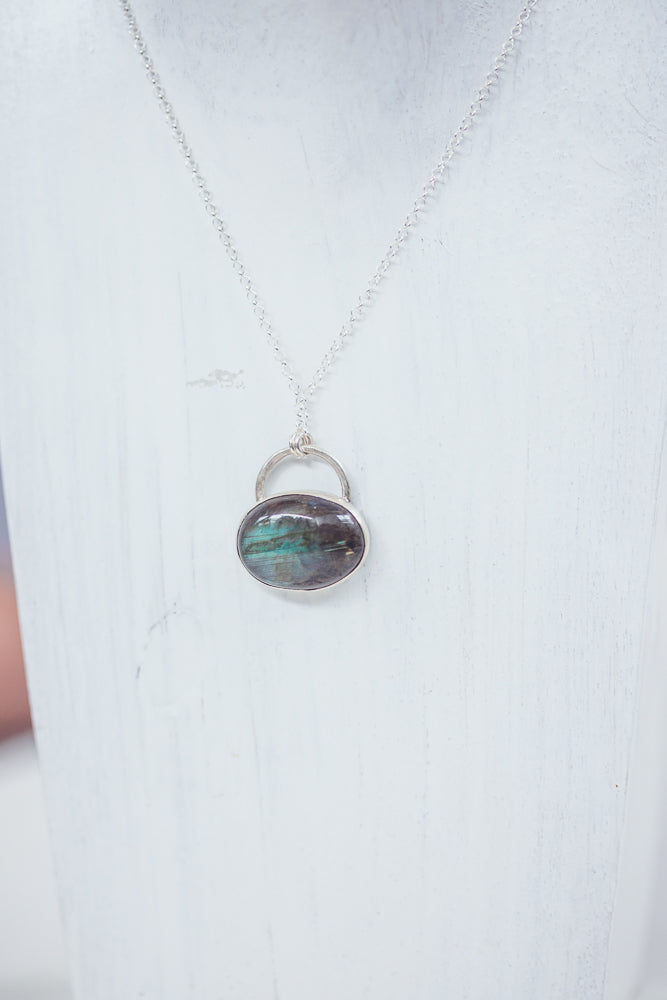 LAITLAH BIG OVAL HORIZONTAL  LABRADORITE NECKLACE