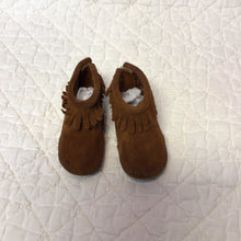 Load image into Gallery viewer, Minnietonka Moccasins size 2c