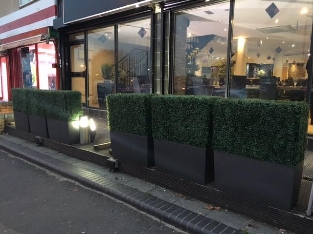 Artificial box hedging with legs
