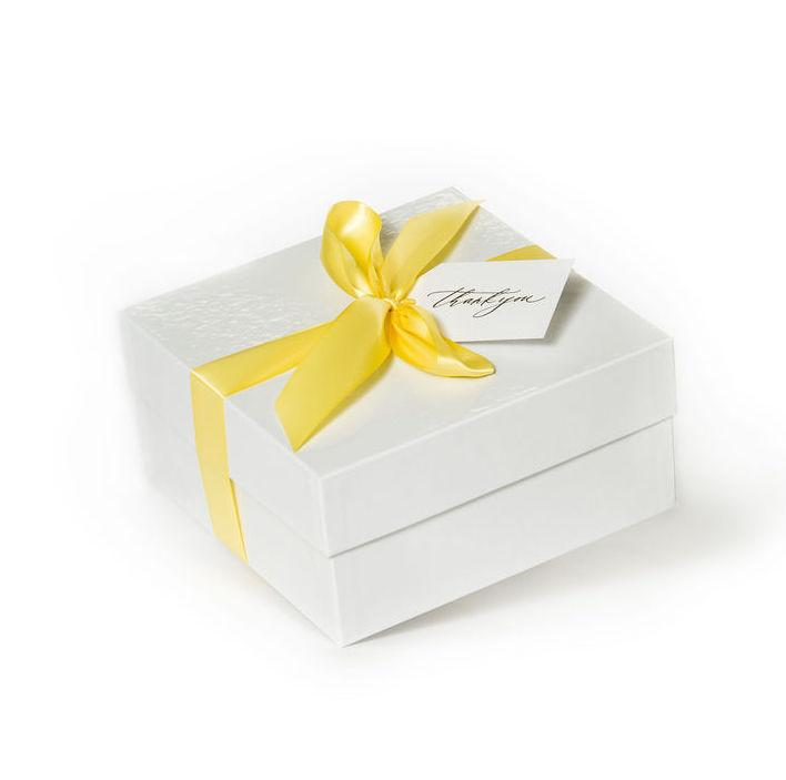 "Shop ""Ultimately Lemon"", the signature bath bomb gift box by Marigold & Grey. Our luxury lemon bath bomb gifts include free U.S. Shipping and complimentary custom handwritten notecard!"