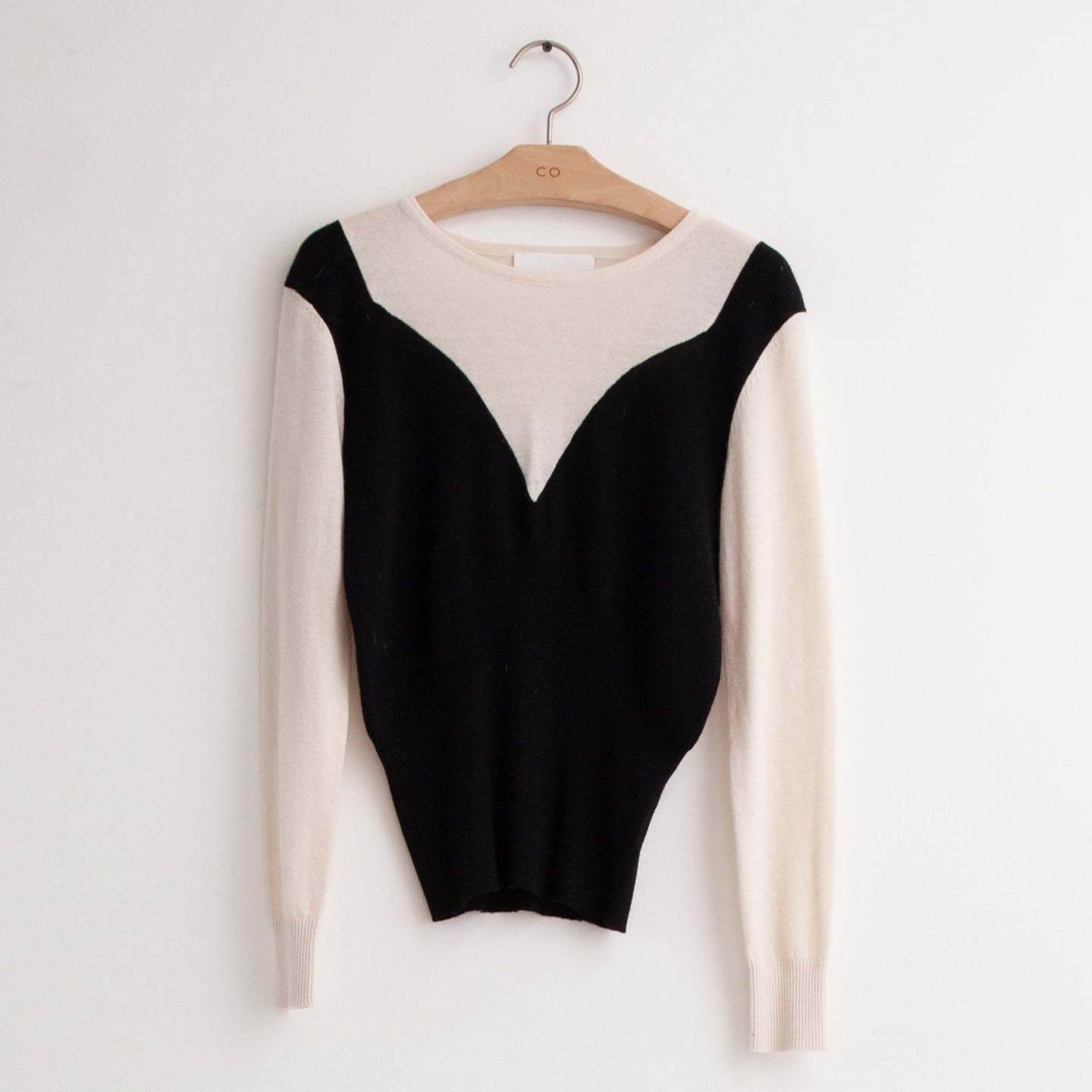 CO - Bi color sweater with ribbed banded hem in black and ivory cashmere