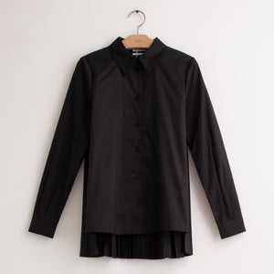 Classic button front shirt with full pleated back in black cotton poplin - CO