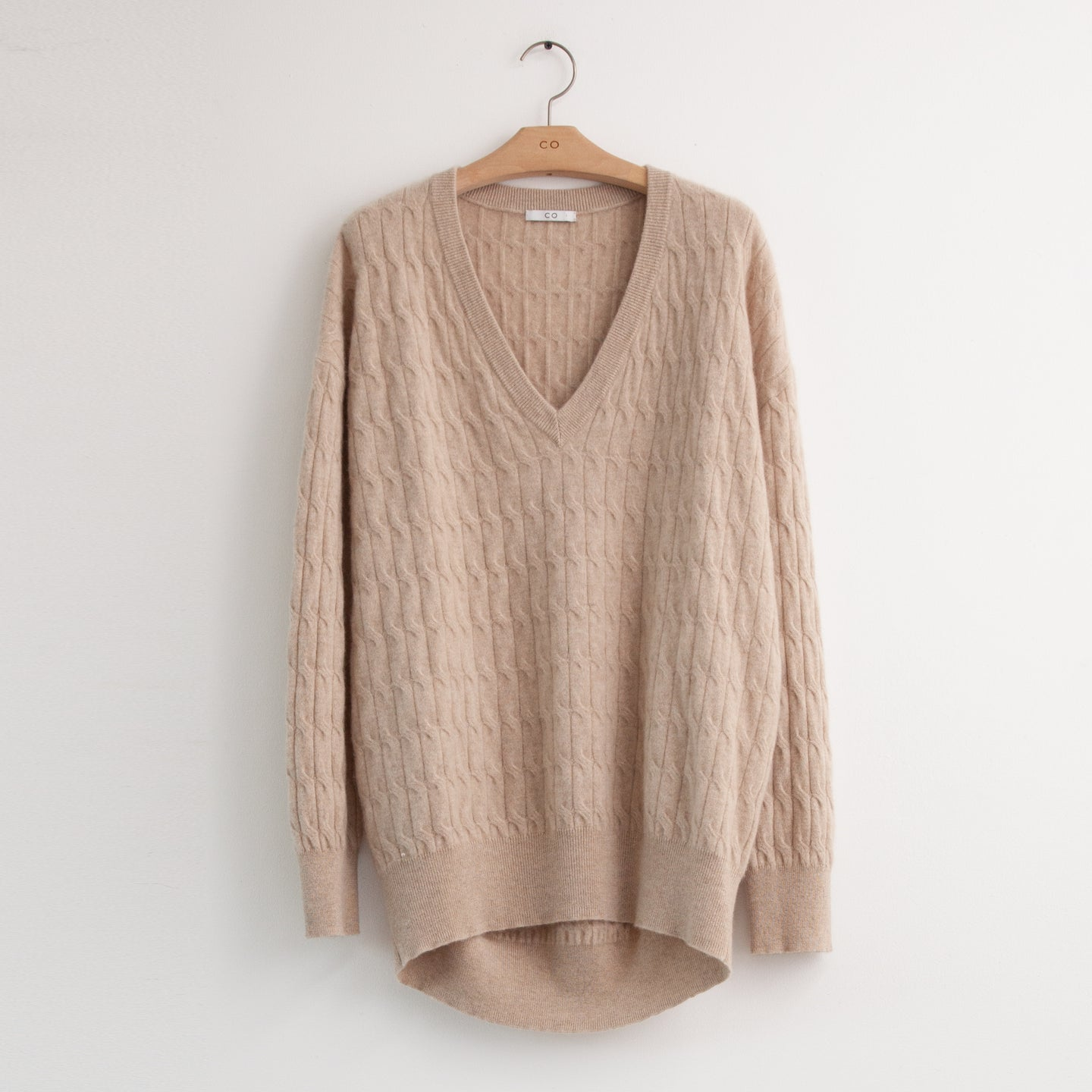 Long sleeve oversized v neck sweater in sand cable knit cashmere - CO