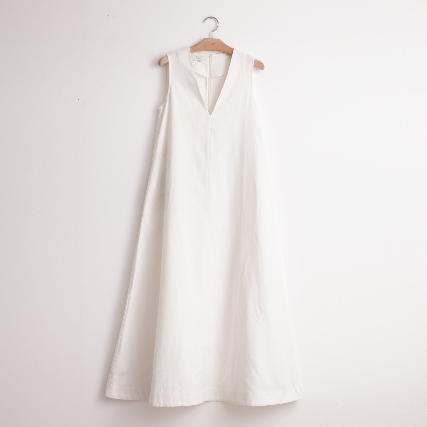 Sleeveless v neck maxi dress in white cotton linen - CO