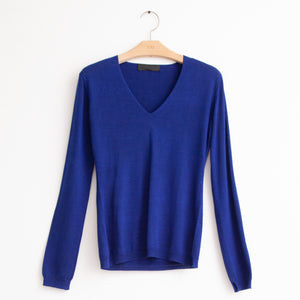 CO - Long sleeve v neck sweater in cobalt silk knit