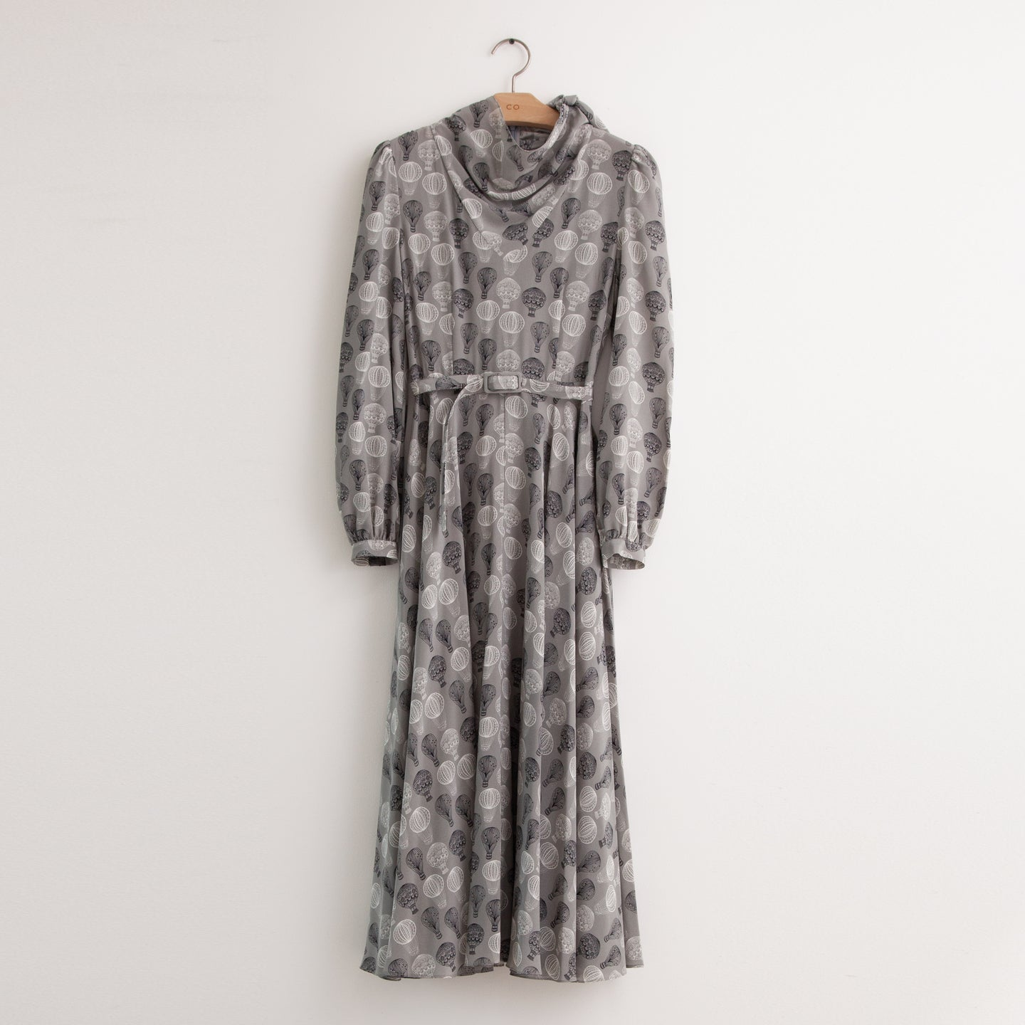 Long sleeve belted shirt dress in grey silk balloon print - CO