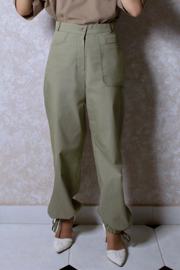 Exposed Pocket Jogger Pants in Green Khaki