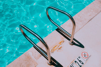 The 5 Things You Need For a Weekend By The Pool