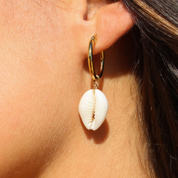 "Muschel-Creolen ""Cowrie"" im einzigartigen Julia's wanderlust Style. Edelstahl-Ohrringe gold, mit echter Kaurimuschel. Creolen, Stimmungsbild in der Sonne. Julia's wanderlust Shell Collection."
