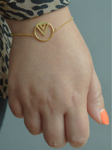 Enso bracelet in gold vermiel on model