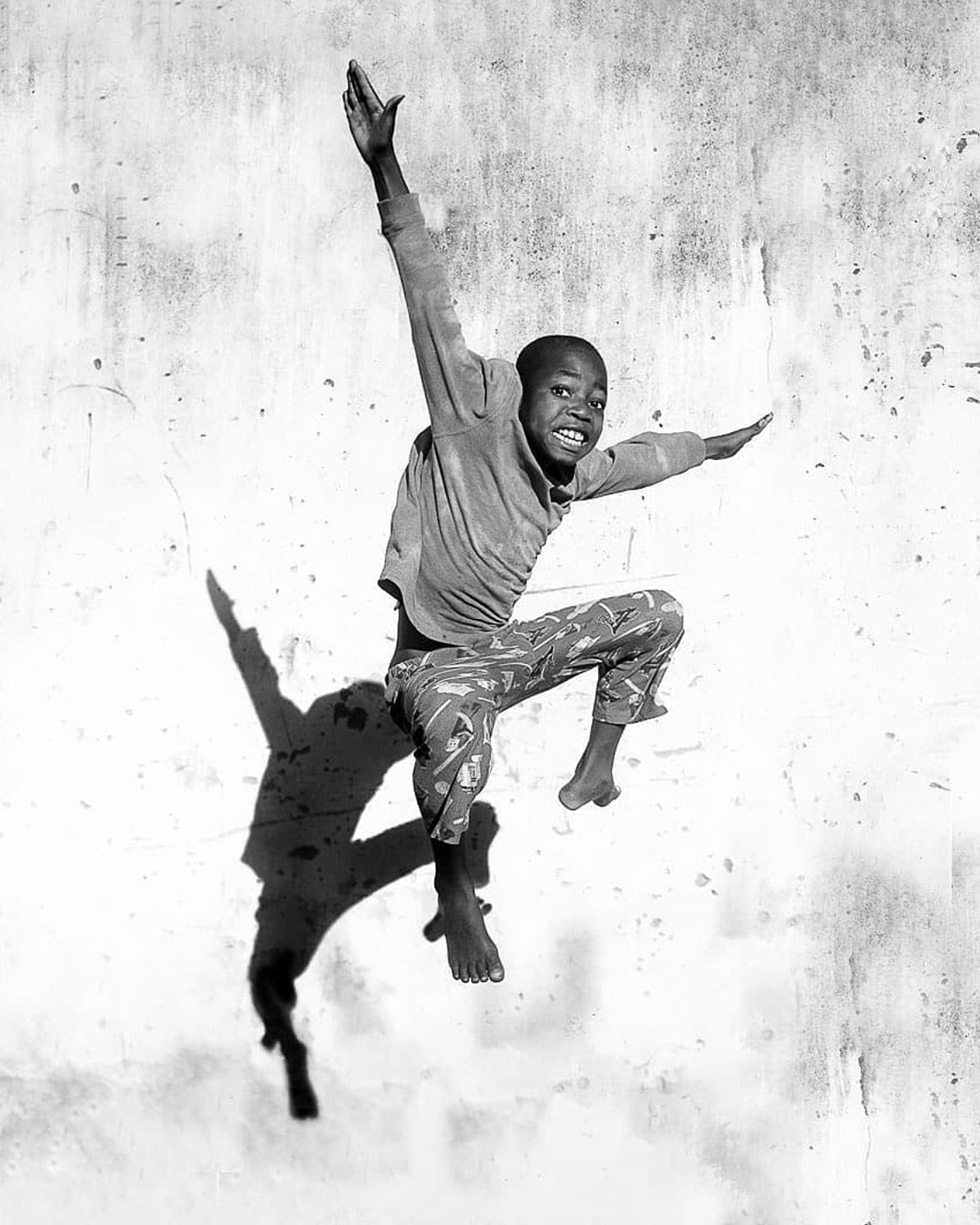 Safari Journal / Blog by Safari Fusion | Ultimate Grey + illuminating | Pantone Color of the Year 2021 | Jumping boy, Maputo Mozambique | Photographer © Grégory Escande