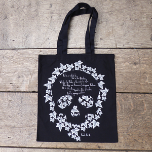 Cool Hamlet bag from Shakespeare's Globe with a skull print and quote from Hamlet (to be or not to be)