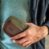 Zip Wallet Karbon Canvas Grün Model hält Wallet in der Hand