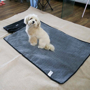 reversible dog mat black QBLEEV with a dog on