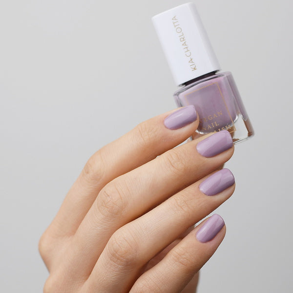 Kia Charlotta Veganer Nagellack 15 Free - Inhale Exhale on finger nails