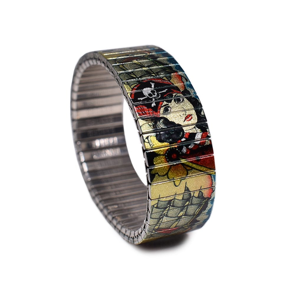The Pirates Bounty style has a golden metallic background -and pictures a variety of vintage tattoo elements- flash designed by Berliner tattoo artist Brian Kelly. Stainless steel, nickel free scratch and waterproof. Made in Berlin