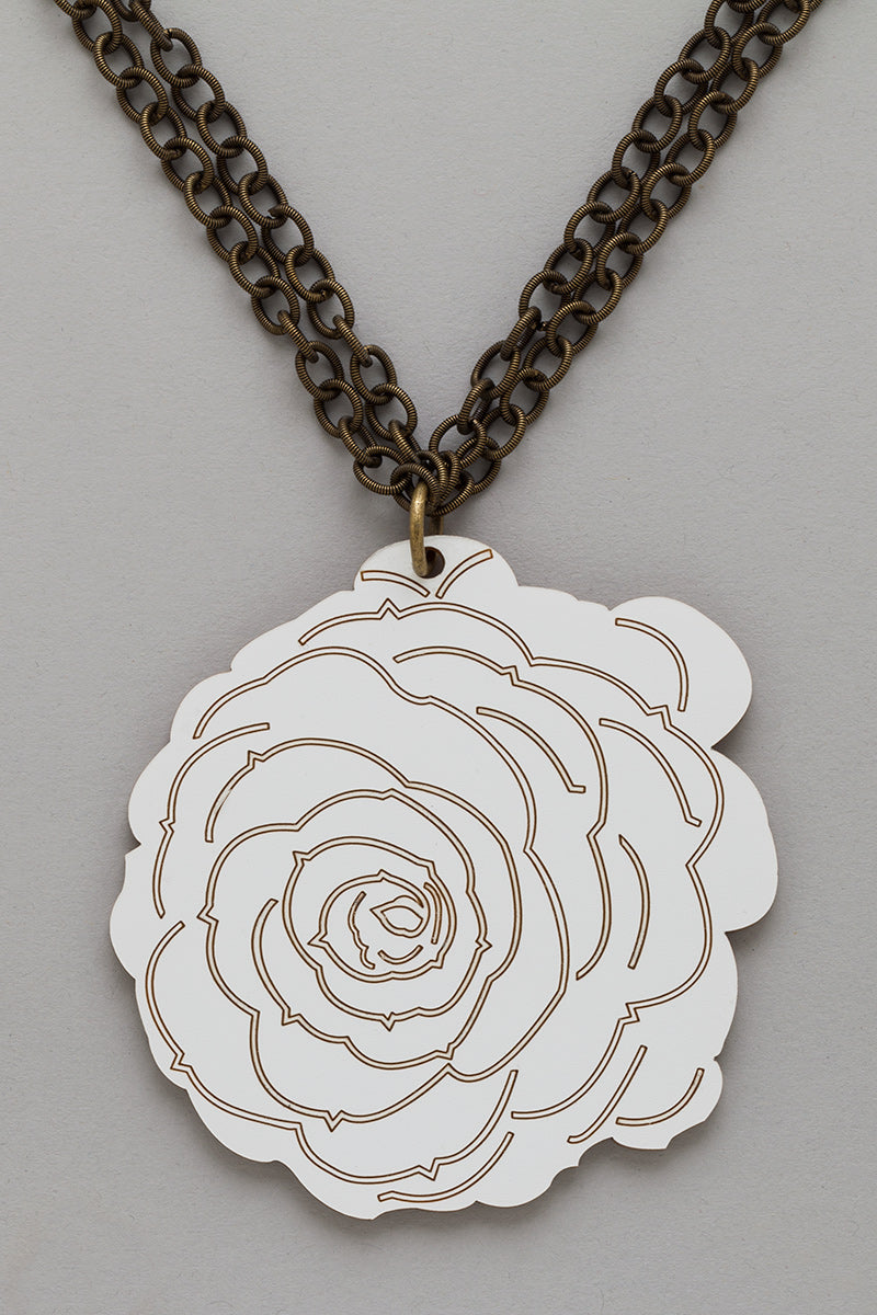 Flower Necklace in White/Gold look