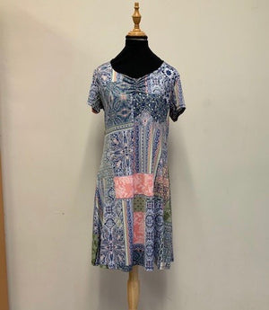 Short sleeve dress with gather in blue print