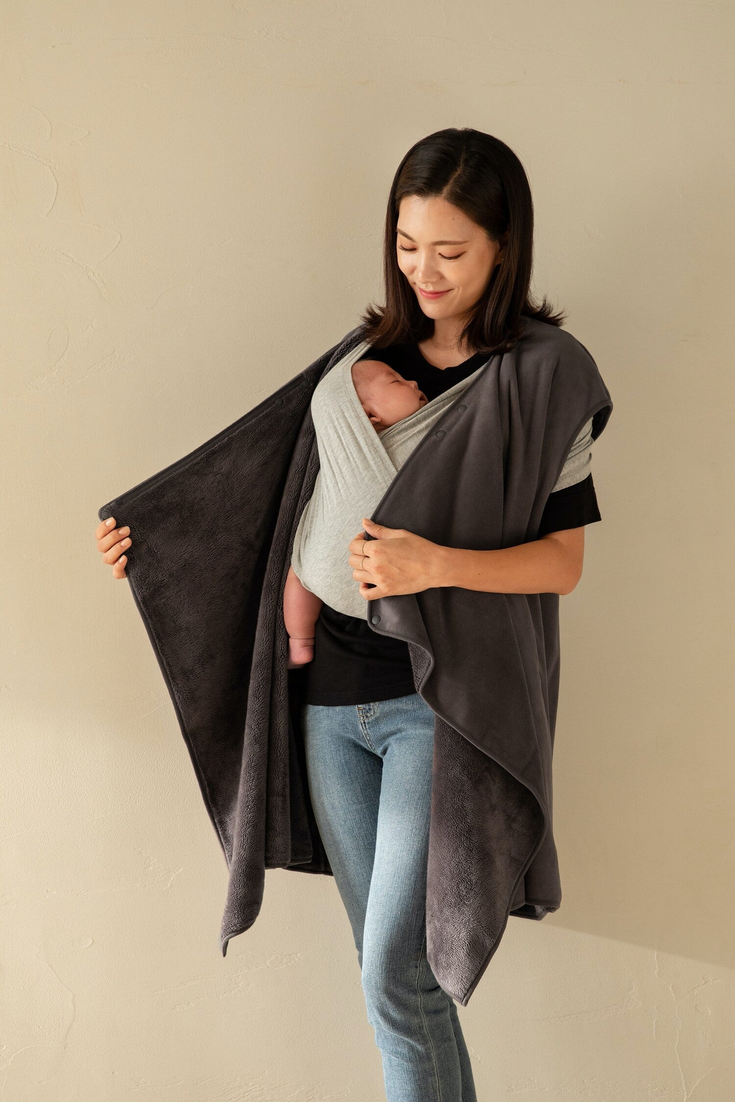 A winter cover for two, Konny Winter Cover. You can wear the Konny Winter Cover just like another layer of clothing that beautifully and warmly drapes around you and your baby.