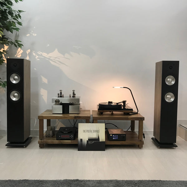 G Lab Design Fidelity Block amplifier with Gold Note Giglio and Ophidian Prophet P2 loudspeakers Sistema de Audio con G Lab Design Fidelity Gold Note tocadiscos y altavoces de suelo de Ophidian Audio