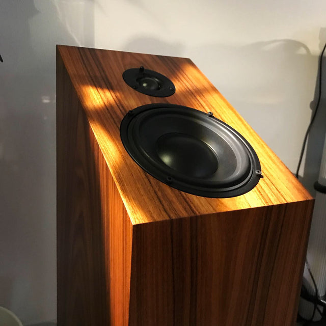 Heed Audio Enigma 5 altavoces loudspeakers non-directional rosewood blue sky musica