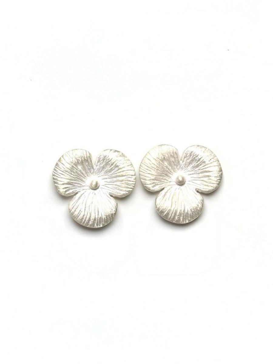 Gauharin Floral earrings värissä Silver.