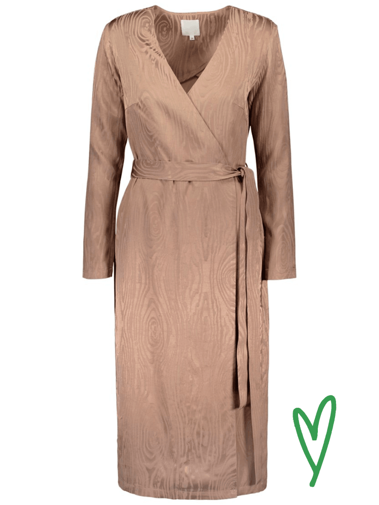 Halon Kaarna midi wrap dress värissä Sand.