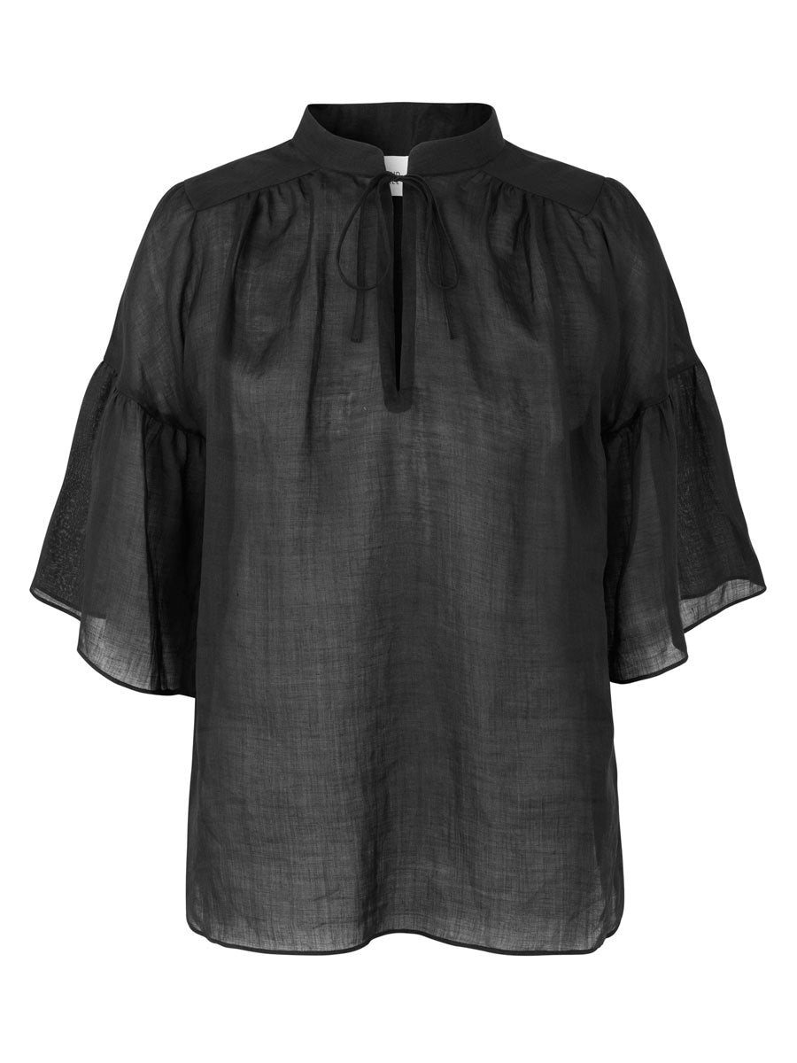 Second Femalen Aida blouse värissä Black.