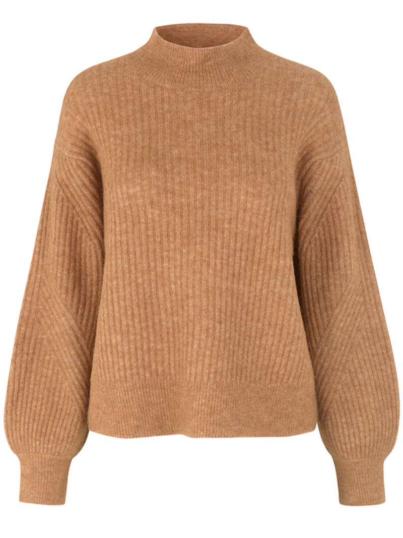Second Femalen Galia t-neck knit värissä Brown.