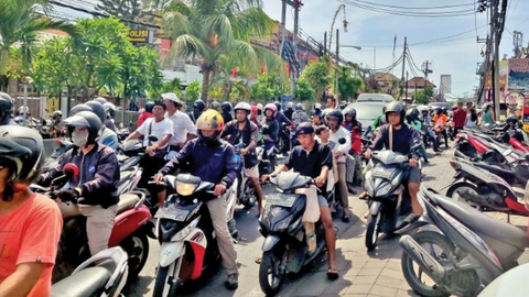 Getting around Canggu can be hectic. Traffic jam gets heavier before sunset when everyone is heading to the beach.