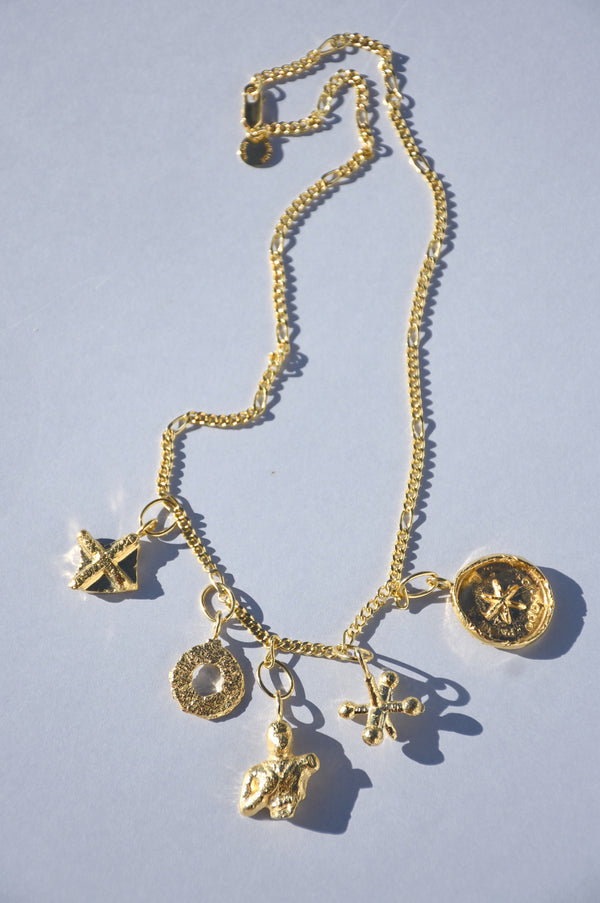 GOLD PRAIA CHARM NECKLACE
