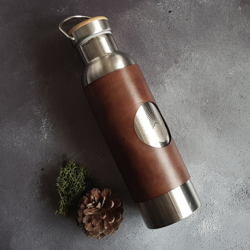The leather adventure bottle is perfect for outdoor adventurers. Hot drinks are kept hot for 12 hours and cold drinks are kept chilled for 24 hours.