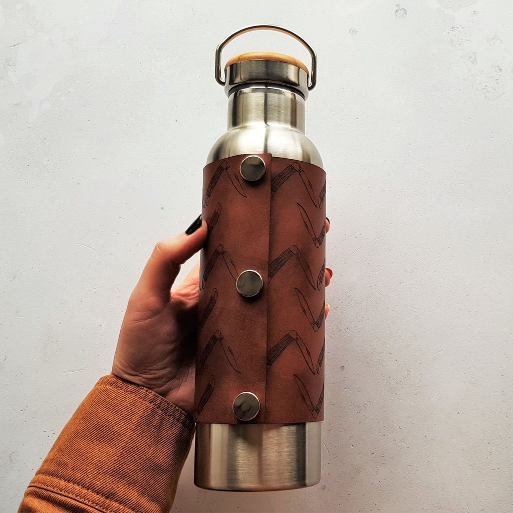 The Scout Adventure Bottle by HORD in Medium Brown - Hot drinks are kept hot for 12 hours and cold drinks are kept chilled for 24 hours - the bottle opening is also wide enough to fit standard ice cubes. The wrap is attached with 3 steel poppers. The bottle holds 600 ml and is BPA free.