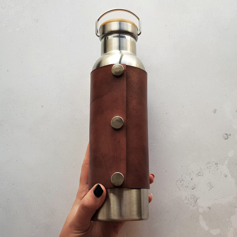 The back of the Leather Adventure Bottle by HORD. The leather wrap is attached with 3 steel poppers. The bottle holds 600 ml and is BPA free.