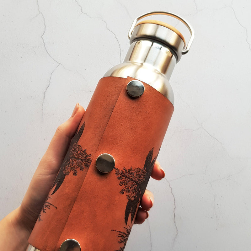 The botanical adventure bottle by HORD is a great sustainable gift for those who love nature and who are keen to save the planet. The leather wrap is attache with poppers and can be removed for easy cleaning.