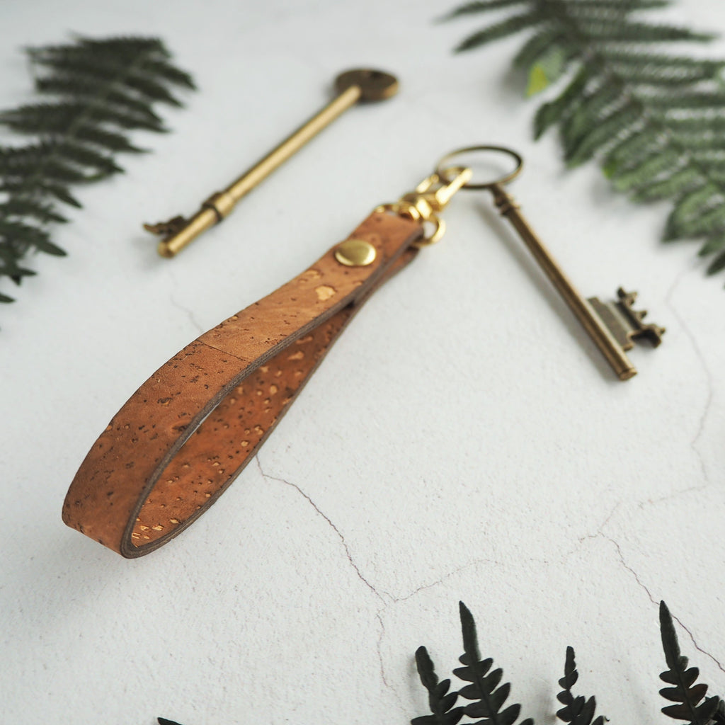 The Lykill Cork Key Fob - Sand by HORD has a utilitarian yet attractive design. The cork loop can easily slip on to your belt or bag strap whilst the swivel clip holds on to your keys. Add your desired personalisation to make this key fob truly unique.