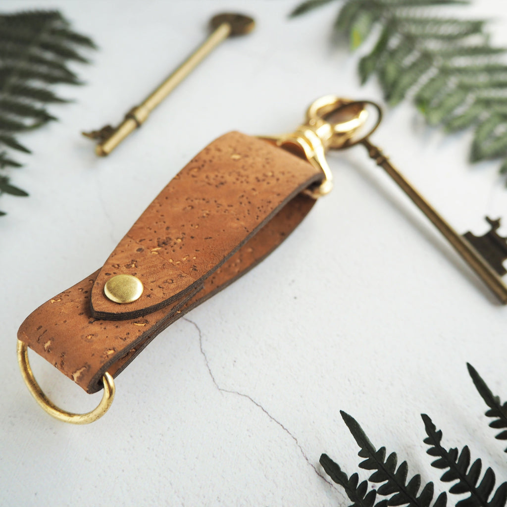The Skor Cork Key Fob - Sand by HORD has a unique and attractive design. The metal clip can easily slip on to your belt or bag strap whilst the D-ring holds on to your keys. Add your desired personalisation to make this key fob truly unique.