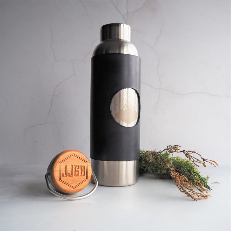 This leather wrapped bottle is perfect for taking hot or cold drinks on your climbs. Wrapped in a removable sturdy leather cover in your choice of colour and engraved with your choice of initials on the bamboo lid.