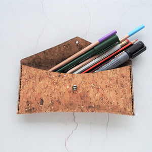The HORD Cork Pencil case is made from our resilient cork and hand stitched with waxed linen thread, this case is ideal for storing your glasses or pens and pencils.