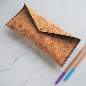 A Sam Browne stud keeps the lid secure when closed on this cork pencil case. It can also be used for glasses, make-up and any other small trinkets.