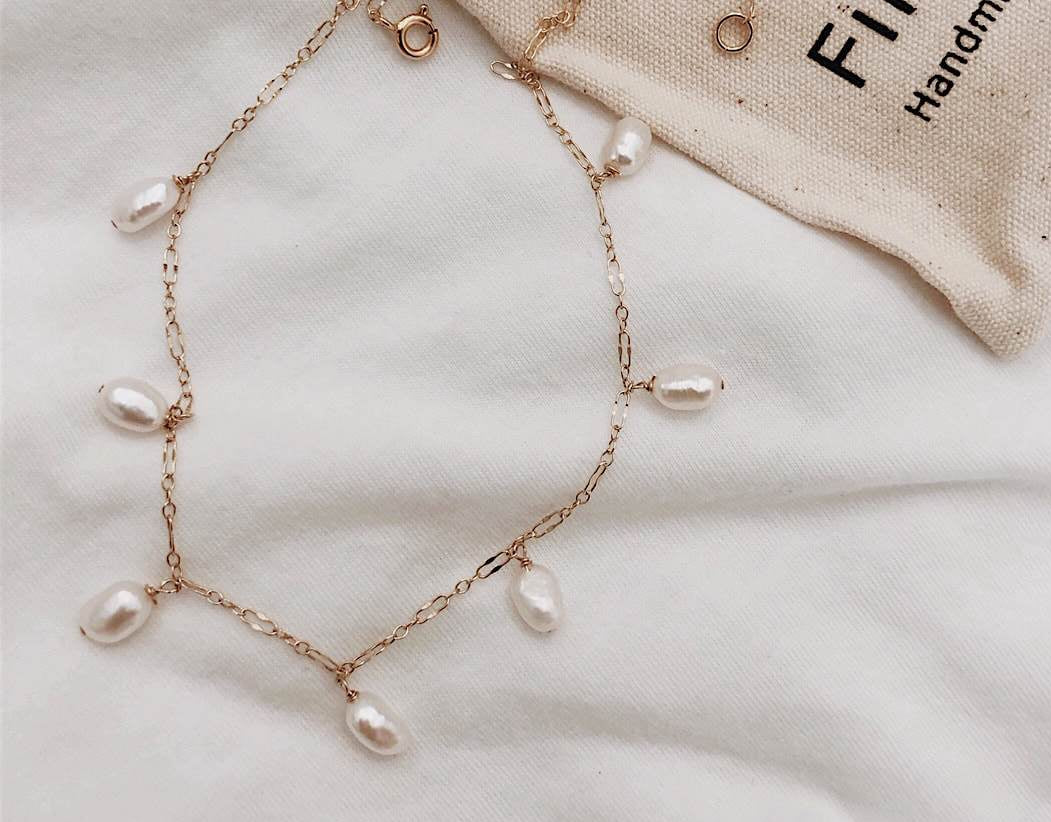 Short Chain Pearl Dangling Necklace