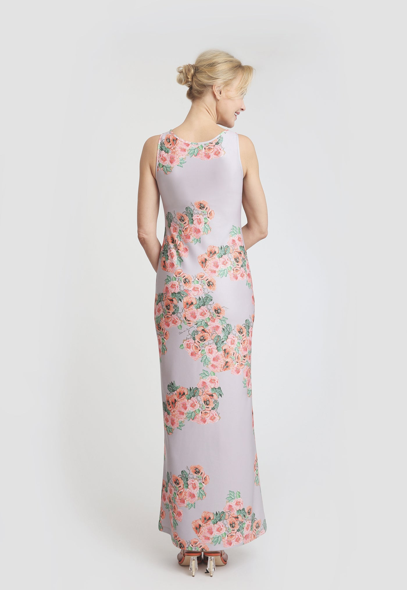Long sleeveless dress with pink floral print and a lilac base color