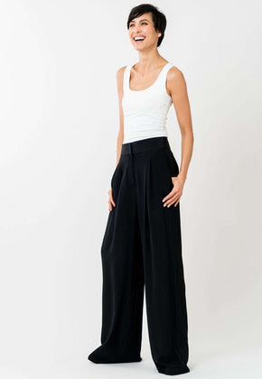 Elisabetta Pant in Black