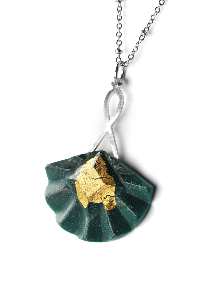 Statement long pendant chain in stainless steal and gold leaf 24 carats named Cancan and green forest resin color