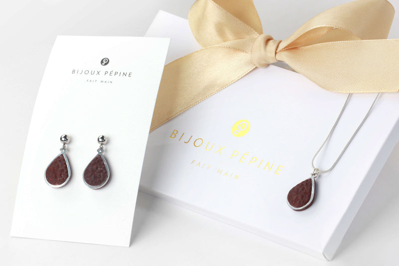 Candide jewelry set parure with earrings studs and teardrop adjustable length necklace in burgundy color resin and hypoallergenic stainless steel