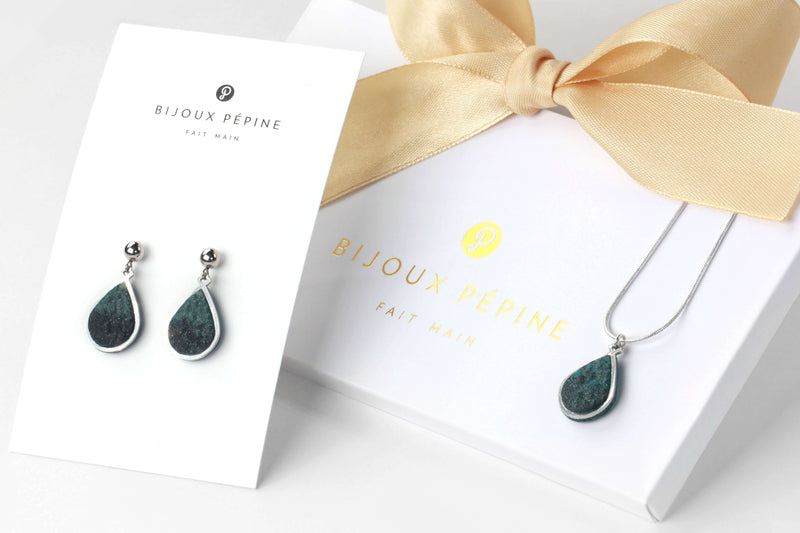 Candide jewelry set parure with earrings studs and teardrop adjustable length necklace in green forest color resin and hypoallergenic stainless steel