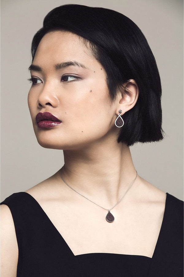 model wearing matching burgundy red Candide teardrop studs and necklace by Bijoux Pépine Montréal